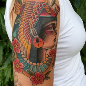 boven arm tattoo